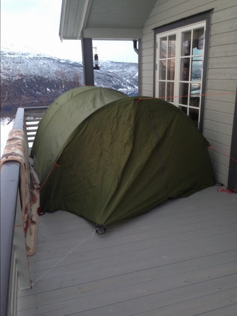Datteren min på 10 år ønsket å sove i telt. Dette ble ordet så nært hytten som mulig:)
