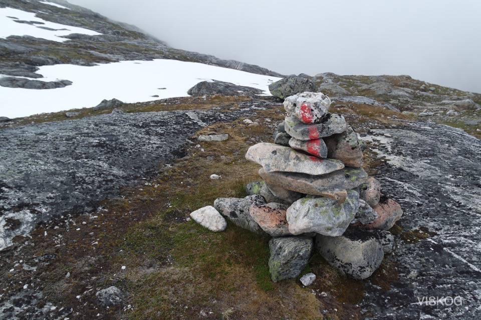 Turstiene er godt merket med rødmalte steiner